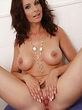 Kitzler Fotze, Curvy aged milf Wendy gets her cunt wet within the shower.