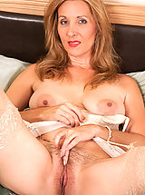 Anilos Pussy: Gorgeous office executive slips off her business suit on break