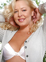 Curly haired blonde anilos shows off her captivating frame in the park
